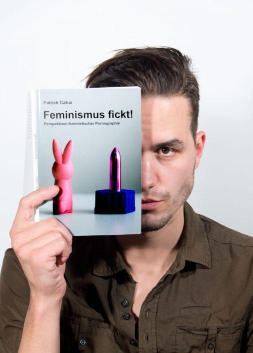 """Patrick Catuz mit seinem Buch """"Feminismus fickt!"""""""